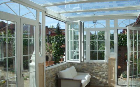 Exterior con techado transparente